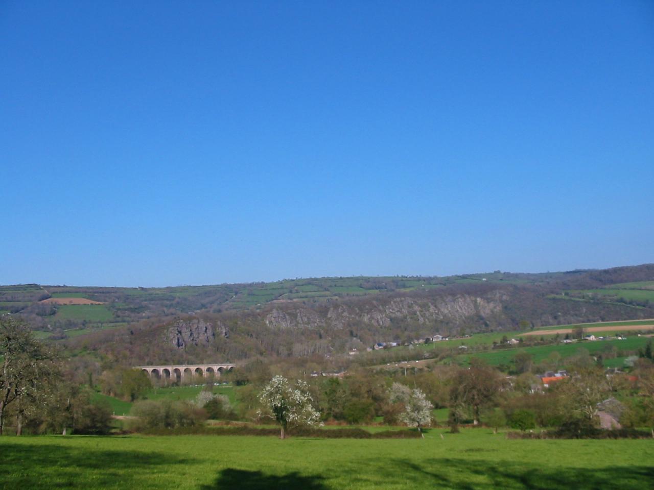 Vue sur le village et les rochers.