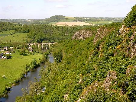 La vallée, les rochers, le viaduc.
